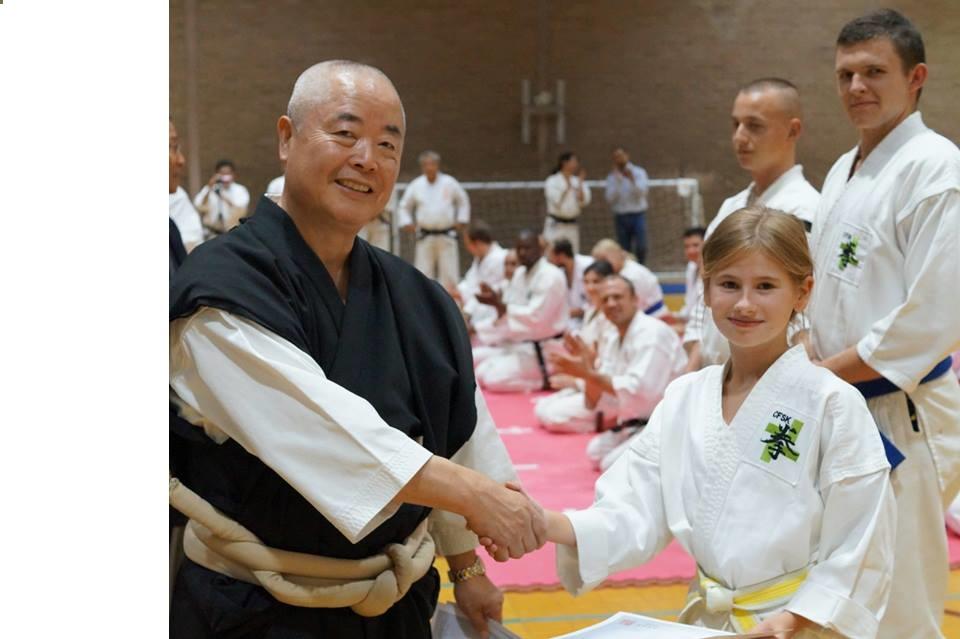 Klárka Floderová při předávání bronzové medaile v kategorii Kata se senseiem Mizunem